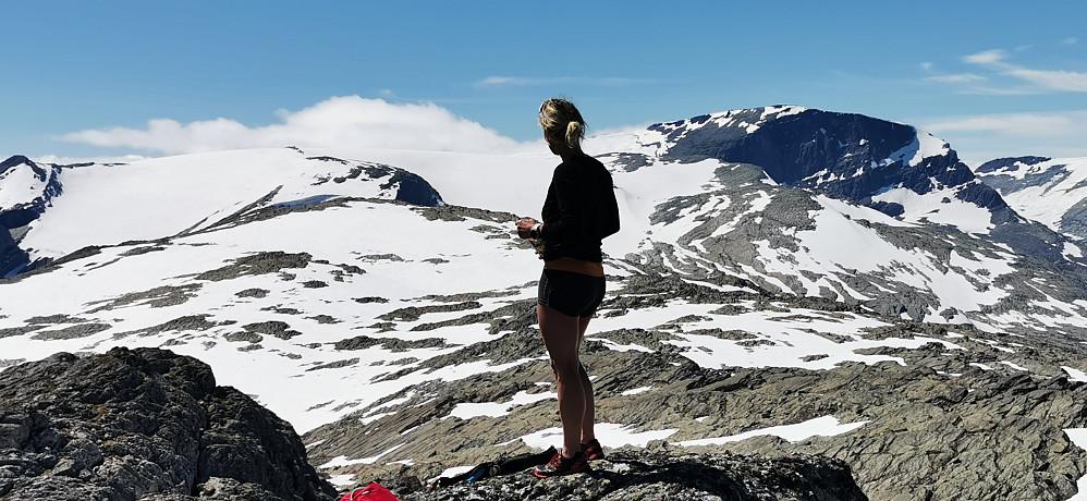 Majestetiske Gjegnen /Blånibba 1670 moh til høgre i bakgrunn!