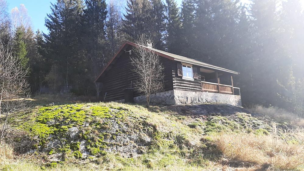 Her går stien opp til venstre for hytta.