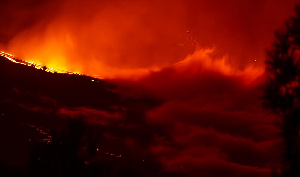 Den giftige tåka som oppsto umiddelbart etter at lavaen traff havet la seg som et lokk over hele området