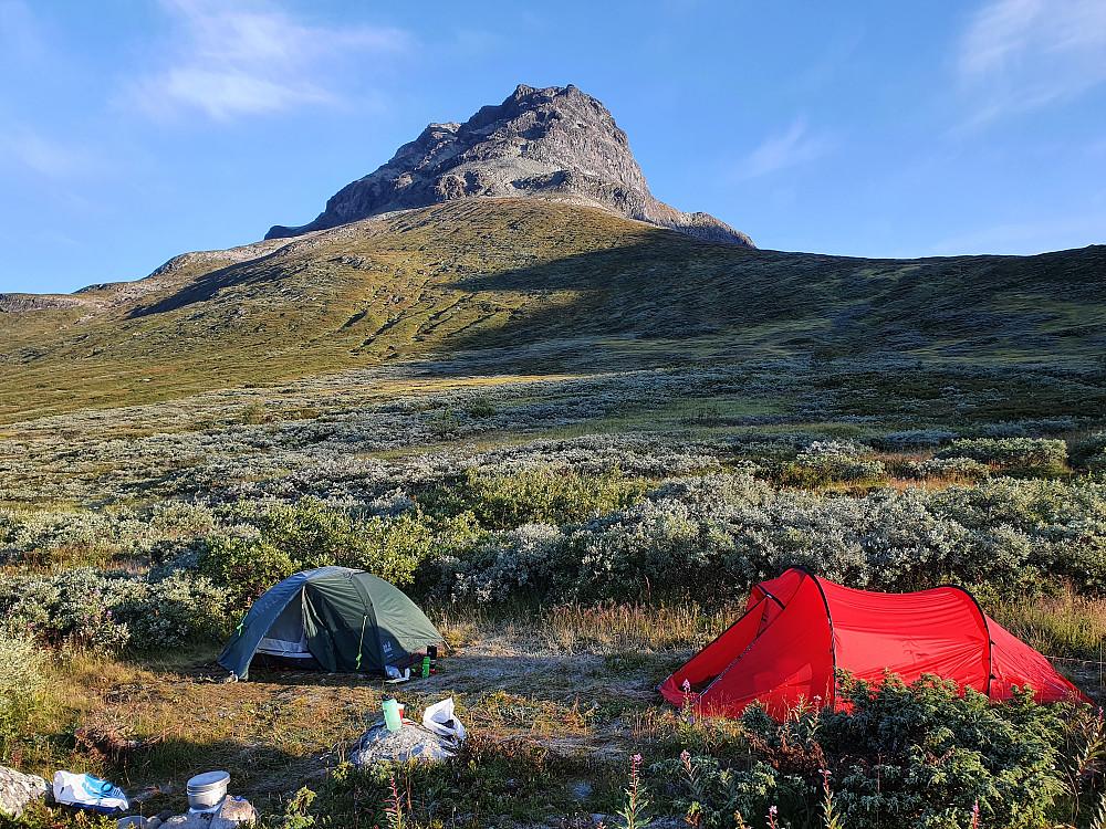 Rim på teltene våre om morgenen. Øystre Torfinnstinden i bakgrunnen