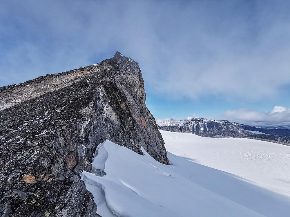 Denne toppen kommer man ikke forbi uten rappell-utstyr, så da er alternativet og følge brekanten på høyresiden. Jeg holdt meg helt inntil fjellet med en spiss stein i hånden som substitutt for isøks.