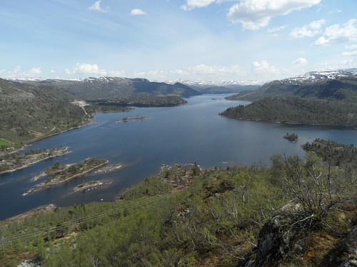 Eit stykke opp i fjellsida Eggi med flott utsyn over Hartevatnet.