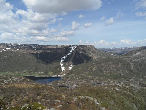 På austkanten av Vesterdalsfjellet med utsikt mot Nos og kunstsnø i alpinbakken.
