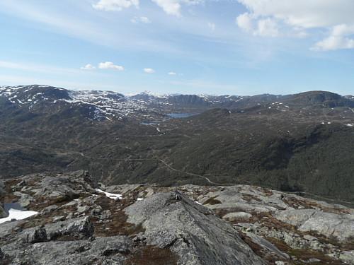 På vestlig utsiktspunkt med Væringsvatnet og Nobbane i midten.