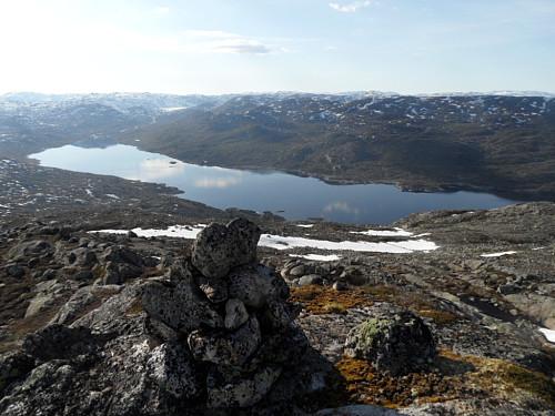 På Tjørnnuten V1 1235 med utsikt over det regulerte Store Førsvatn.