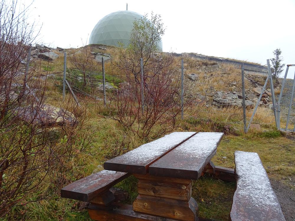 Rasteplass ved gjerdet 25 meter fra toppen